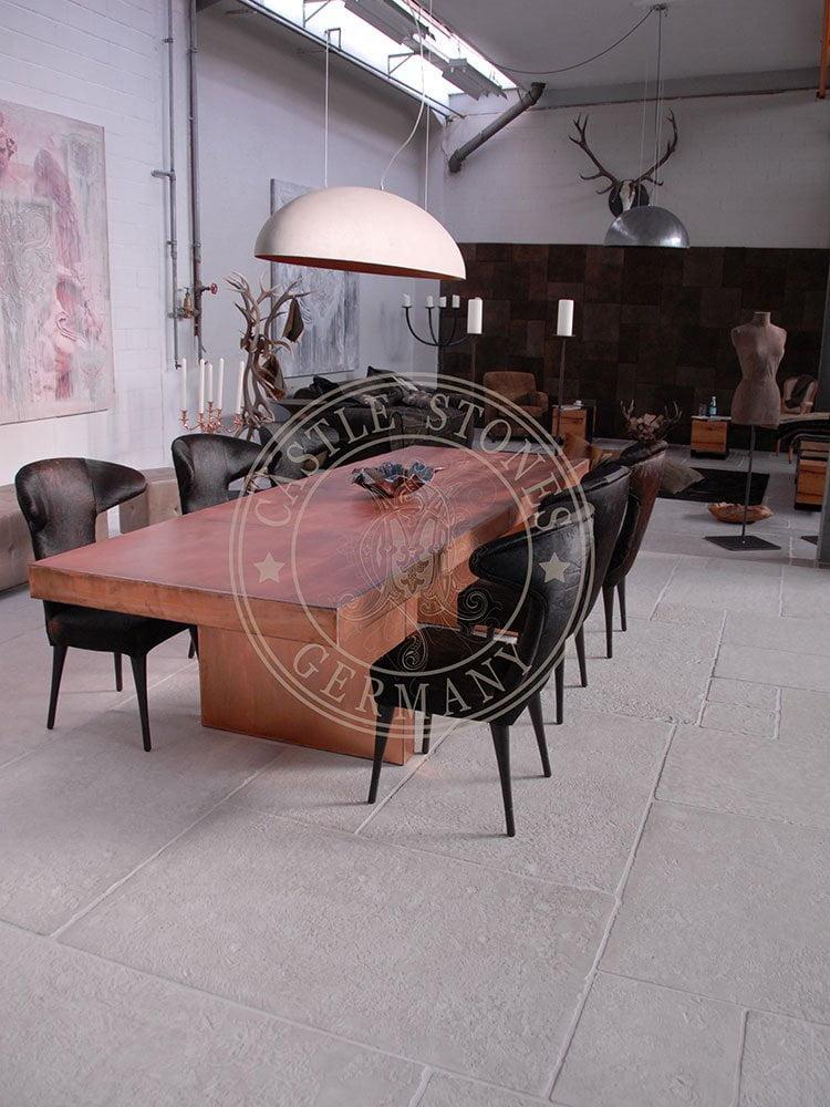 Vorne bis zur Mitte des Tisches: Loft Sand White Hinterer Bereich: Dalle Sand White